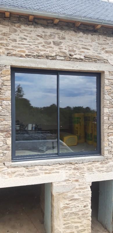 Installation fenêtre sur-mesure en Aluminium sur façade en pierre vers Maurs