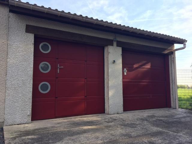 Pose d'une double porte de garage avec portillon intégré et hublots